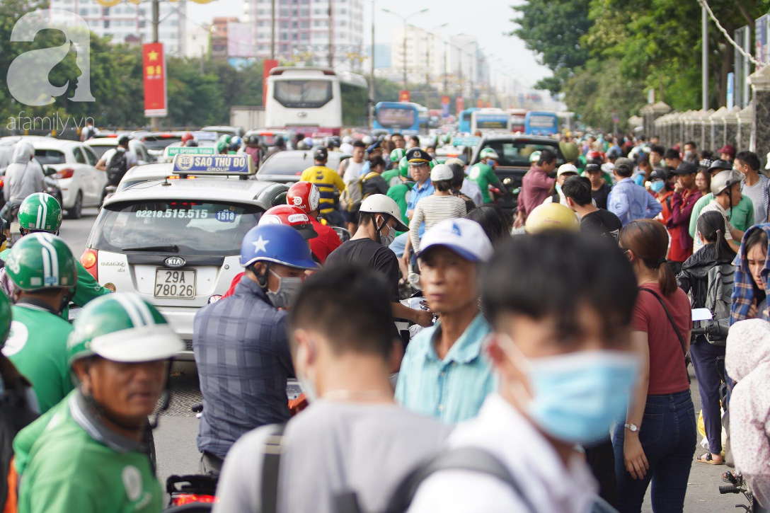 Hàng ngàn người dân từ các tỉnh đổ về Hà Nội trong chiều 2/9 khiến các bến xe, đường phố chật cứng-5