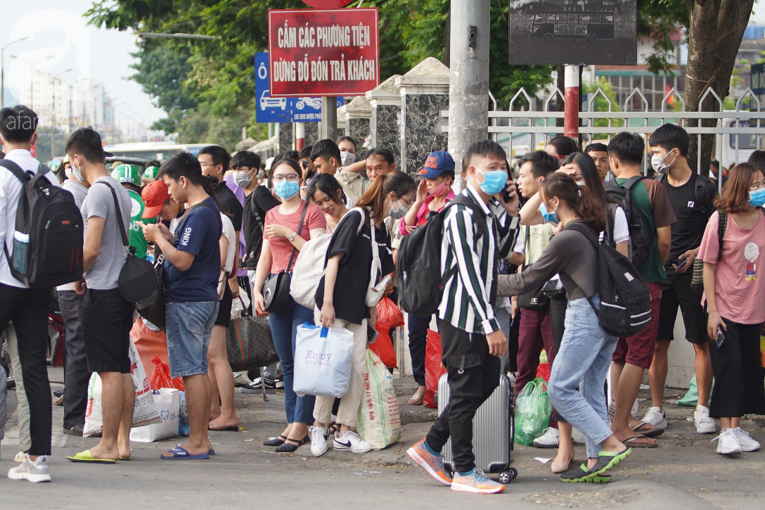 Hàng ngàn người dân từ các tỉnh đổ về Hà Nội trong chiều 2/9 khiến các bến xe, đường phố chật cứng-7