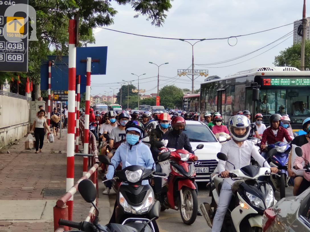 Hàng ngàn người dân từ các tỉnh đổ về Hà Nội trong chiều 2/9 khiến các bến xe, đường phố chật cứng-3