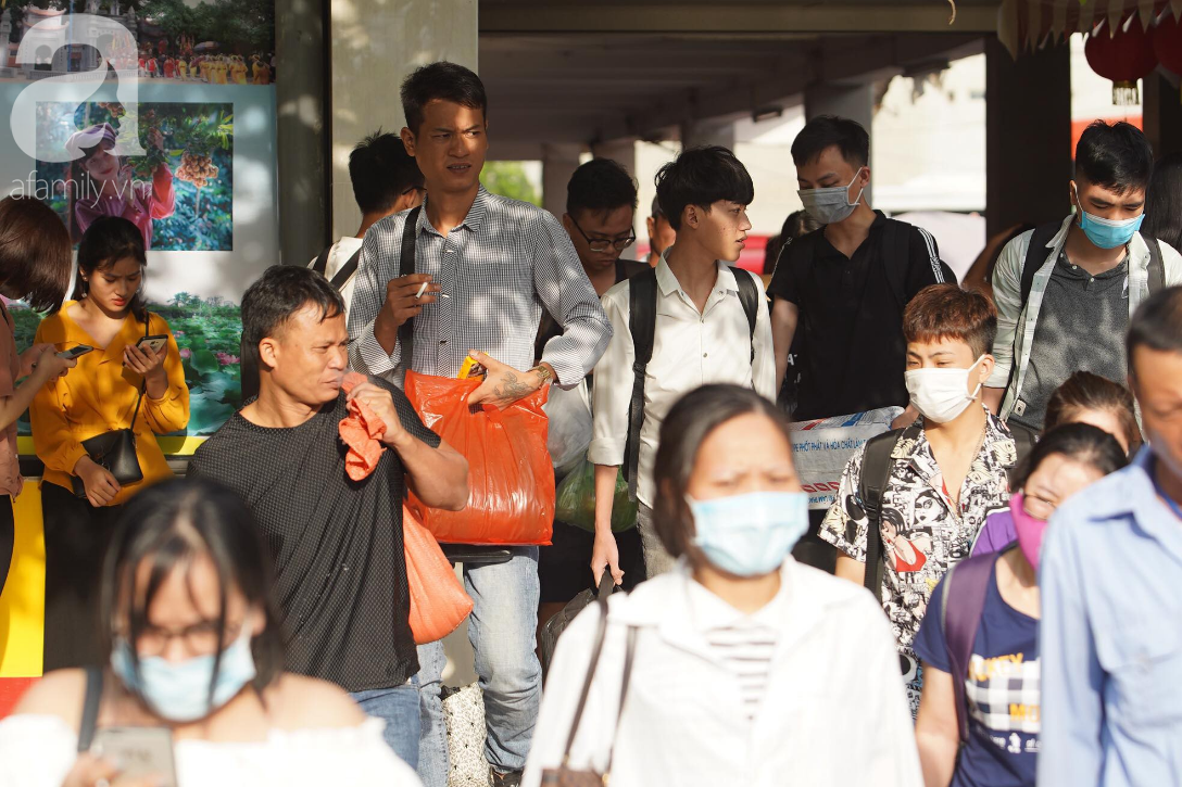 Hàng ngàn người dân từ các tỉnh đổ về Hà Nội trong chiều 2/9 khiến các bến xe, đường phố chật cứng-8