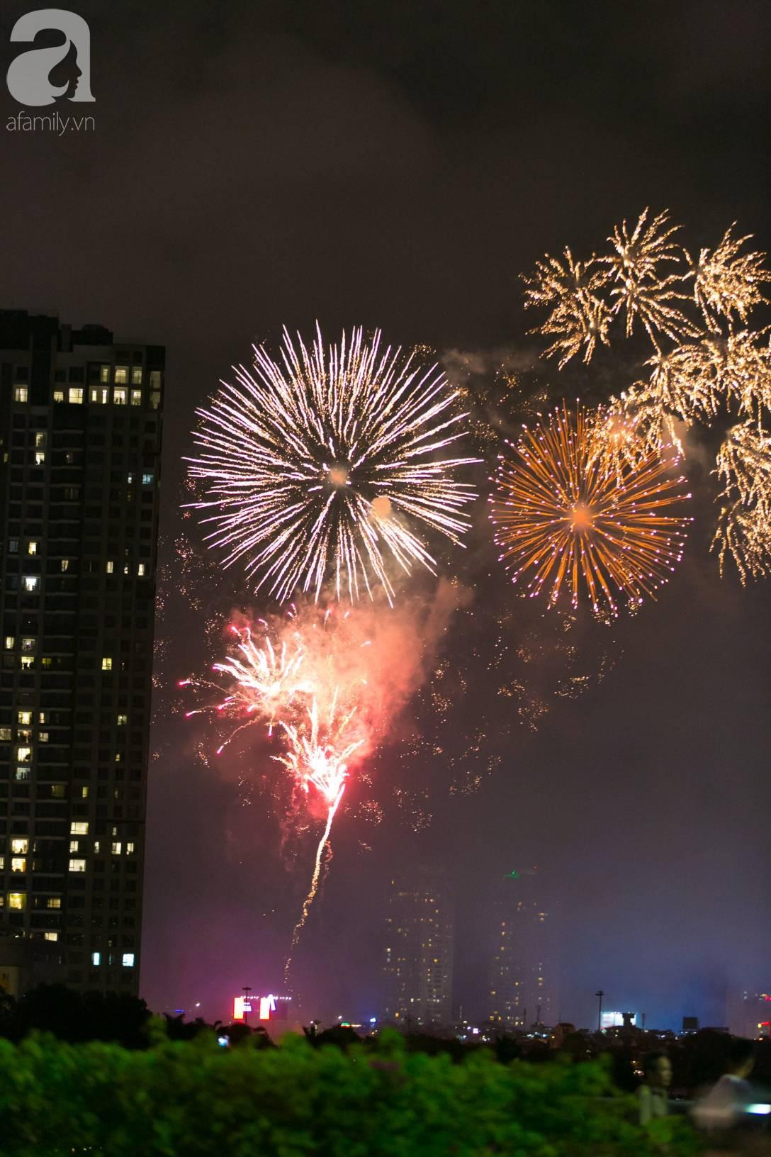 Khoảnh khắc bầu trời Sài Gòn rực sáng trong màn trình diễn pháo hoa tuyệt đẹp mừng lễ Quốc khánh 2/9-1