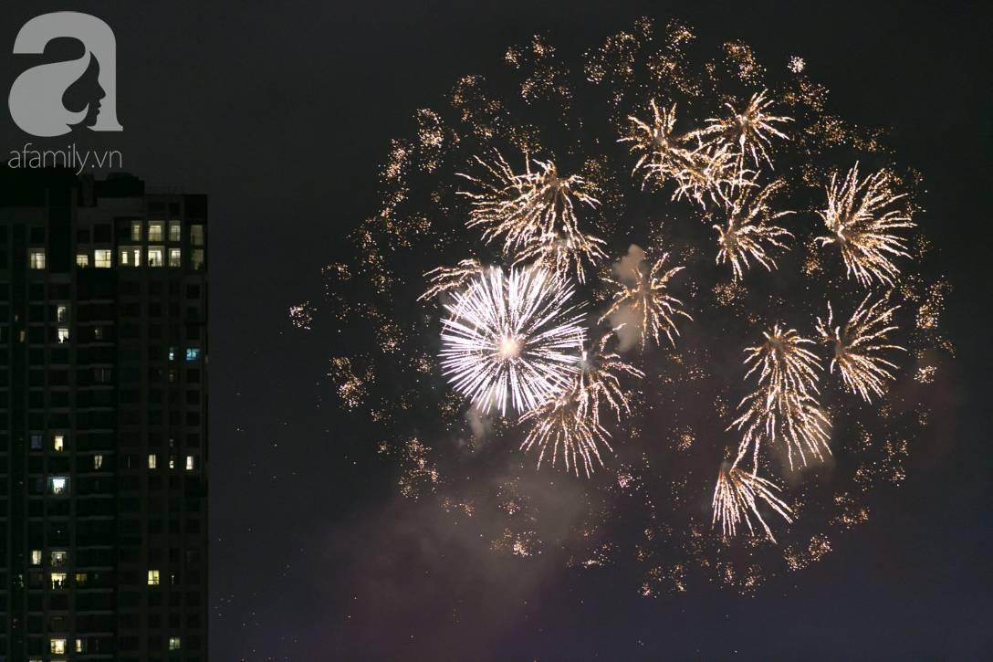 Khoảnh khắc bầu trời Sài Gòn rực sáng trong màn trình diễn pháo hoa tuyệt đẹp mừng lễ Quốc khánh 2/9-6