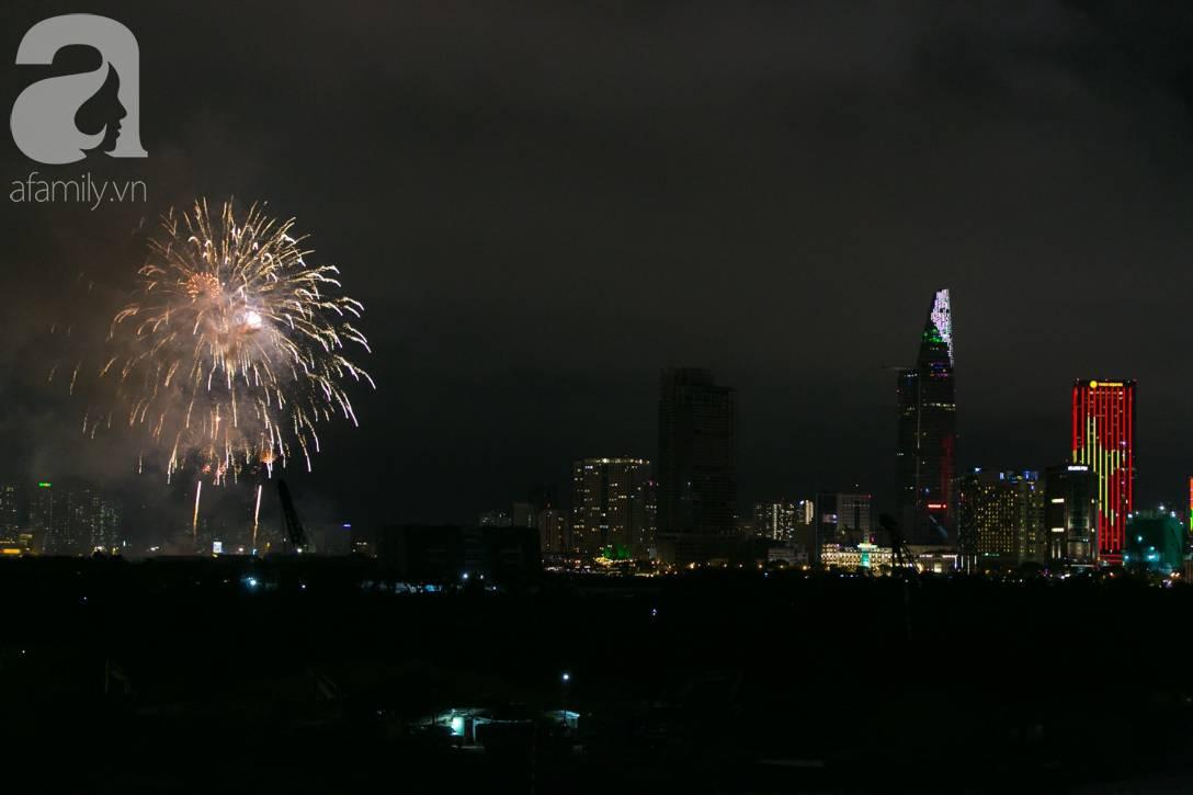 Khoảnh khắc bầu trời Sài Gòn rực sáng trong màn trình diễn pháo hoa tuyệt đẹp mừng lễ Quốc khánh 2/9-8