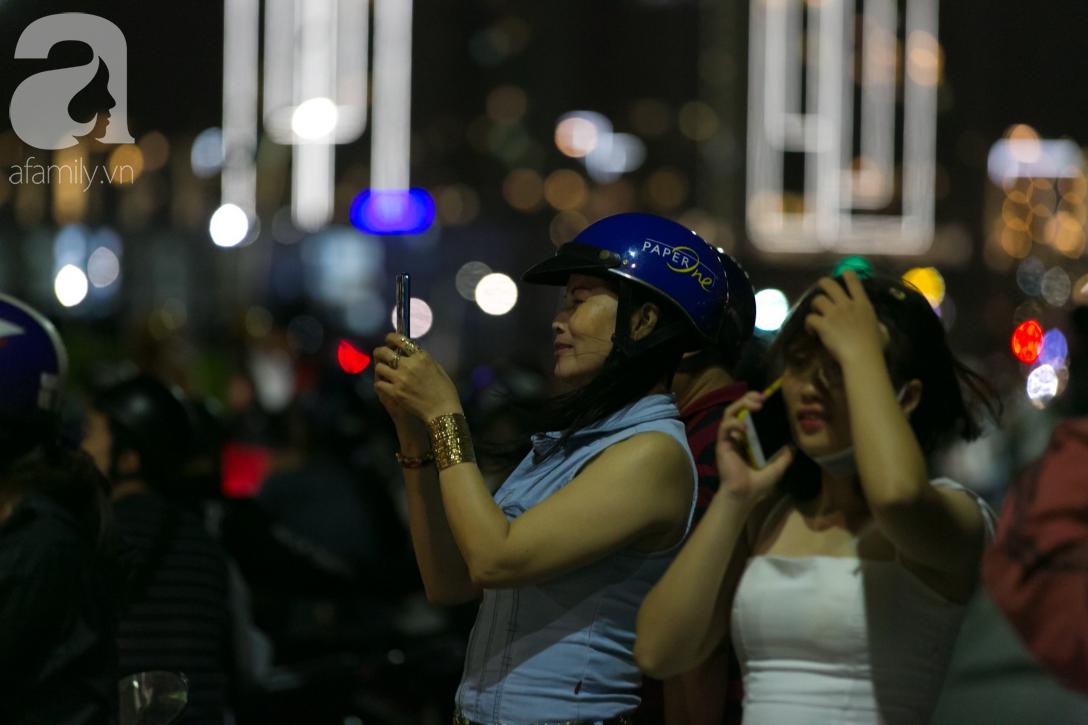 Khoảnh khắc bầu trời Sài Gòn rực sáng trong màn trình diễn pháo hoa tuyệt đẹp mừng lễ Quốc khánh 2/9-17