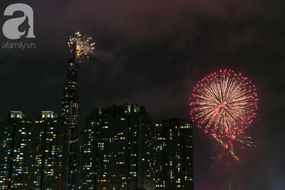 Khoảnh khắc bầu trời Sài Gòn rực sáng trong màn trình diễn pháo hoa tuyệt đẹp mừng lễ Quốc khánh 2/9-13
