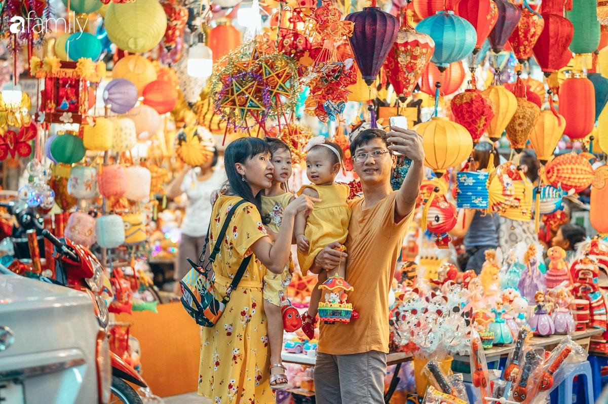 Chùm ảnh: Lên phố Hàng Mã vừa chơi lễ vừa đón Trung thu sớm cùng lũ trẻ, thấy cả bầu trời ký ức ấu thơ ùa về trong gió se-4