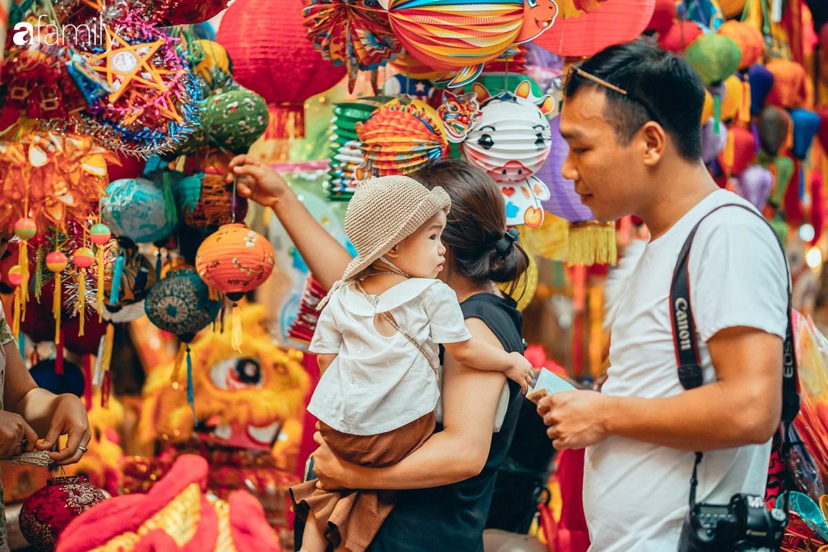 Chùm ảnh: Lên phố Hàng Mã vừa chơi lễ vừa đón Trung thu sớm cùng lũ trẻ, thấy cả bầu trời ký ức ấu thơ ùa về trong gió se-7