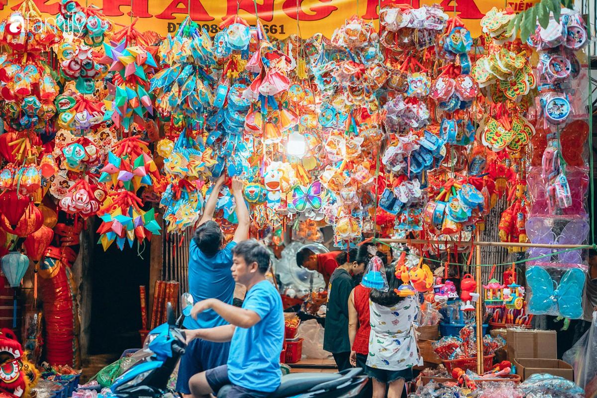 Chùm ảnh: Lên phố Hàng Mã vừa chơi lễ vừa đón Trung thu sớm cùng lũ trẻ, thấy cả bầu trời ký ức ấu thơ ùa về trong gió se-20