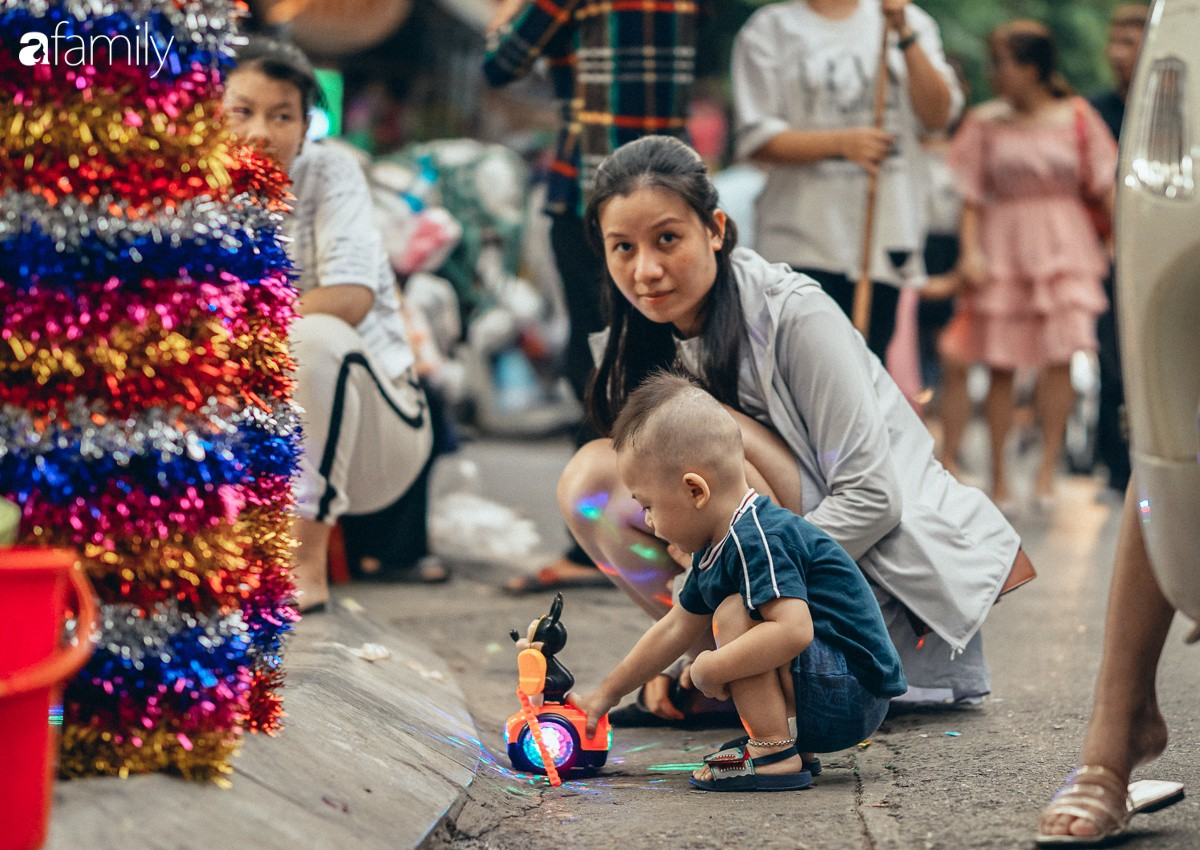 Chùm ảnh: Lên phố Hàng Mã vừa chơi lễ vừa đón Trung thu sớm cùng lũ trẻ, thấy cả bầu trời ký ức ấu thơ ùa về trong gió se-23