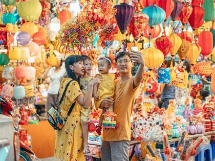 Chùm ảnh: Lên phố Hàng Mã vừa chơi lễ vừa đón Trung thu sớm cùng lũ trẻ, thấy cả bầu trời ký ức ấu thơ ùa về trong gió se