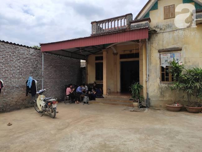 Vụ thảm sát cả nhà em trai ở Hà Nội: Xót xa bé gái 45 ngày mất mẹ, bố gà trống xin từng giọt sữa để nuôi con-1