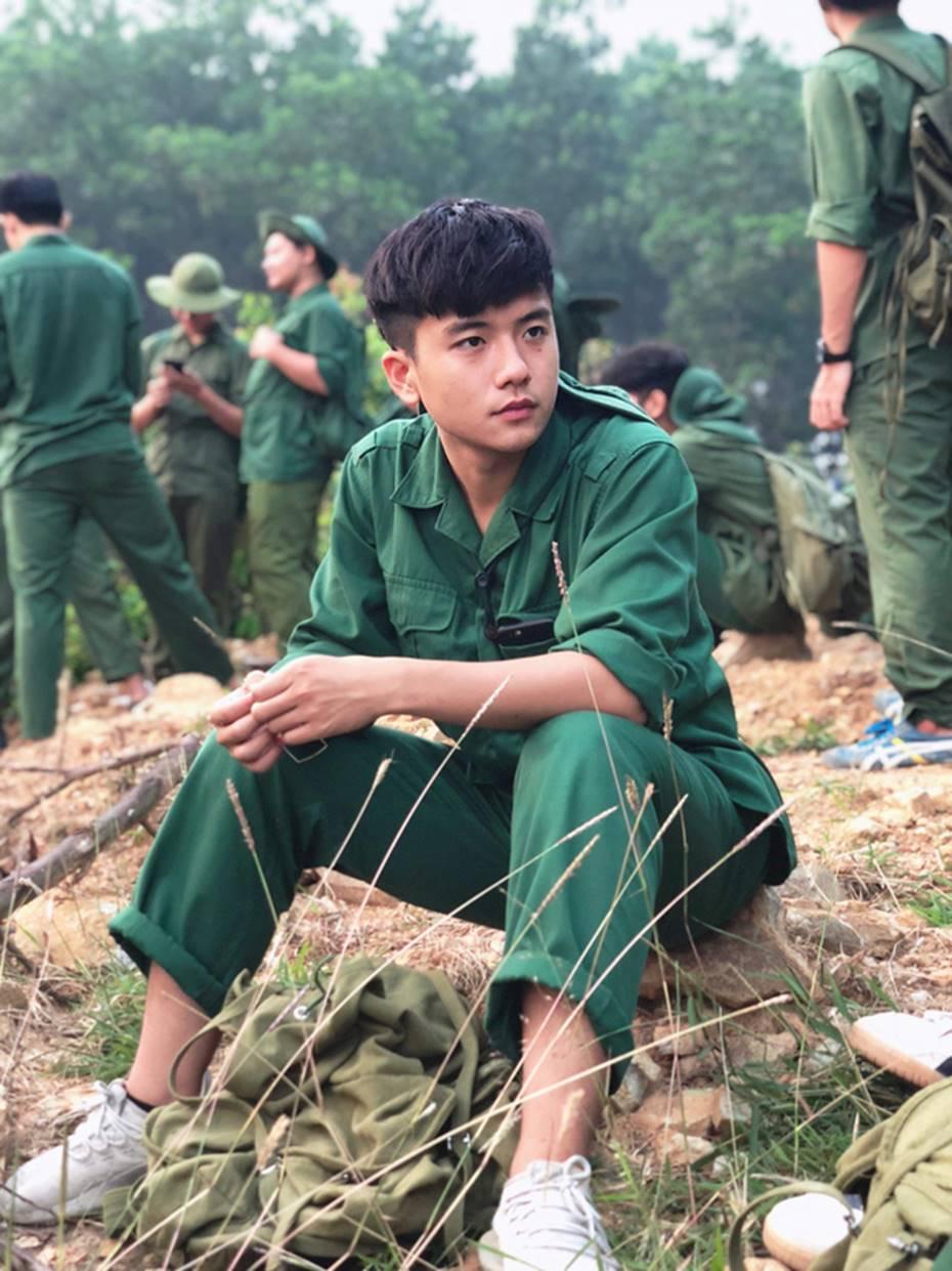 Nam sinh ĐH FPT đẹp xuất thần trong bức ảnh học quân sự nhưng loạt ảnh đời thường mới xứng đáng soái ca!-1