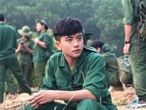 Nam sinh ĐH FPT đẹp xuất thần trong bức ảnh học quân sự nhưng loạt ảnh đời thường mới xứng đáng soái ca!