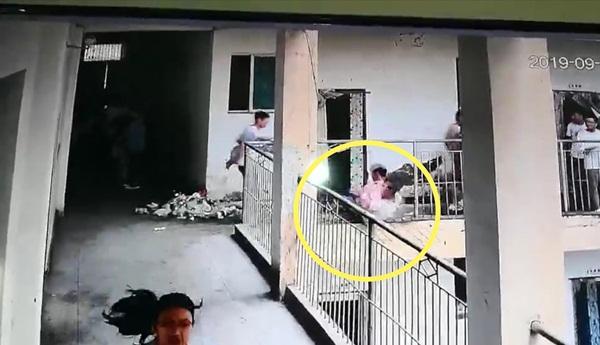 Đùa giỡn ở hành lang ngoài lớp, 2 nam sinh vô tình ngã vào lan can bị gãy khiến 1 người tử vong, 1 người nguy kịch-2