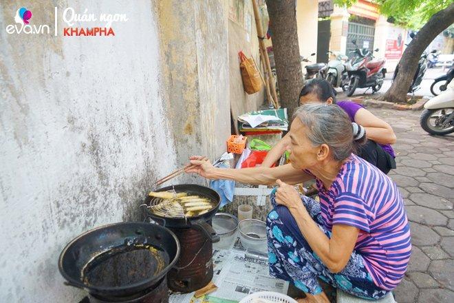 Được con dâu truyền nghề, bà cụ lưng còng 18 năm bán nem chua rán, ai đến cũng nhớ mặt-3