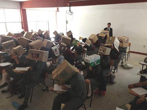 Tranh cãi vụ giáo viên cho học sinh trùm hộp giấy chống quay cóp: Phụ huynh kịch liệt phản đối, nhưng dân mạng lại đồng tình ủng hộ?-1