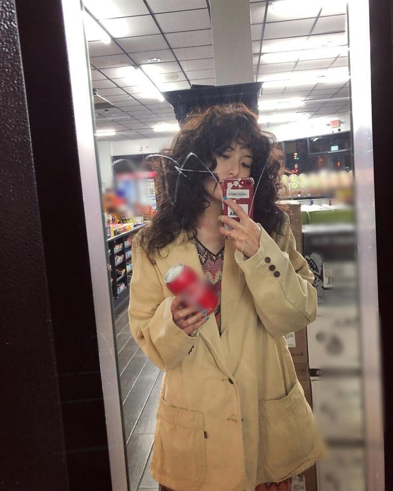 HyunA ăn mặc lôi thôi, để tóc xoăn xù rối bời đầu to gấp 3 lần người khác-1