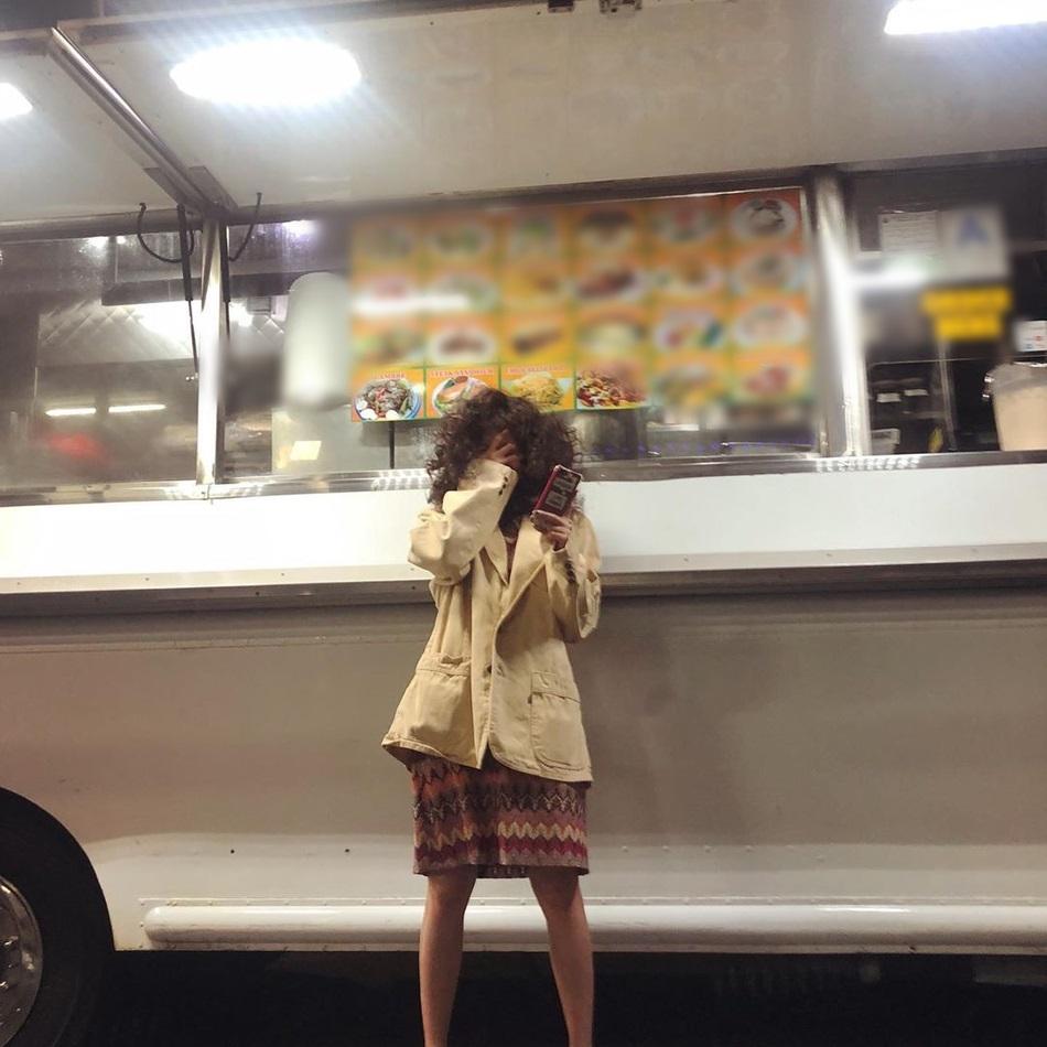 HyunA ăn mặc lôi thôi, để tóc xoăn xù rối bời đầu to gấp 3 lần người khác-3