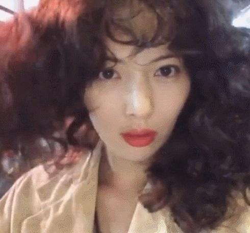 HyunA ăn mặc lôi thôi, để tóc xoăn xù rối bời đầu to gấp 3 lần người khác-5