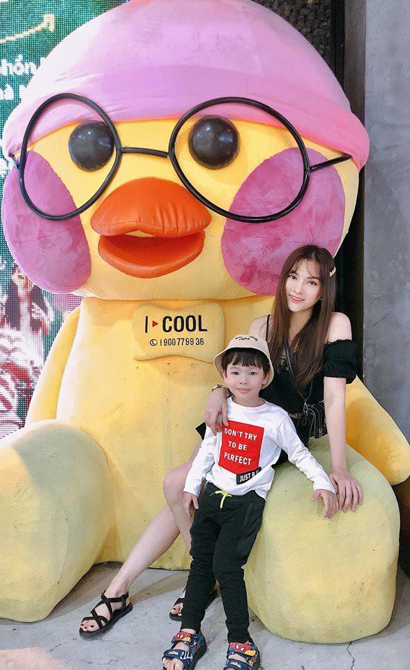 Thu Thủy cùng chồng kém 10 tuổi hào hứng đưa bé Henry tới trường trong ngày khai giảng năm học mới, bỏ qua loạt ồn ào không đáng có-15