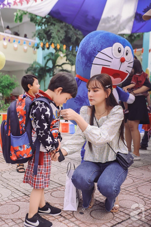 Thu Thủy cùng chồng kém 10 tuổi hào hứng đưa bé Henry tới trường trong ngày khai giảng năm học mới, bỏ qua loạt ồn ào không đáng có-7