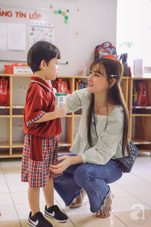 Thu Thủy cùng chồng kém 10 tuổi hào hứng đưa bé Henry tới trường trong ngày khai giảng năm học mới, bỏ qua loạt ồn ào không đáng có-8