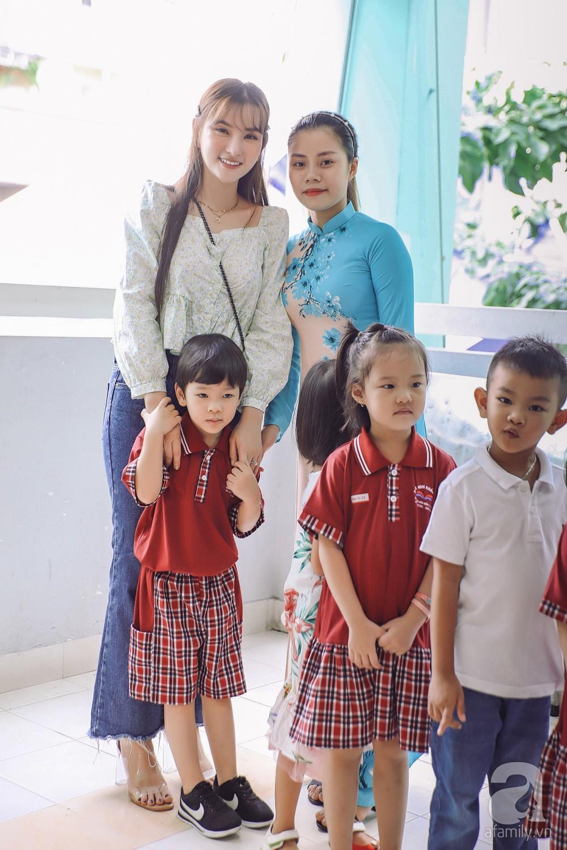 Thu Thủy cùng chồng kém 10 tuổi hào hứng đưa bé Henry tới trường trong ngày khai giảng năm học mới, bỏ qua loạt ồn ào không đáng có-9