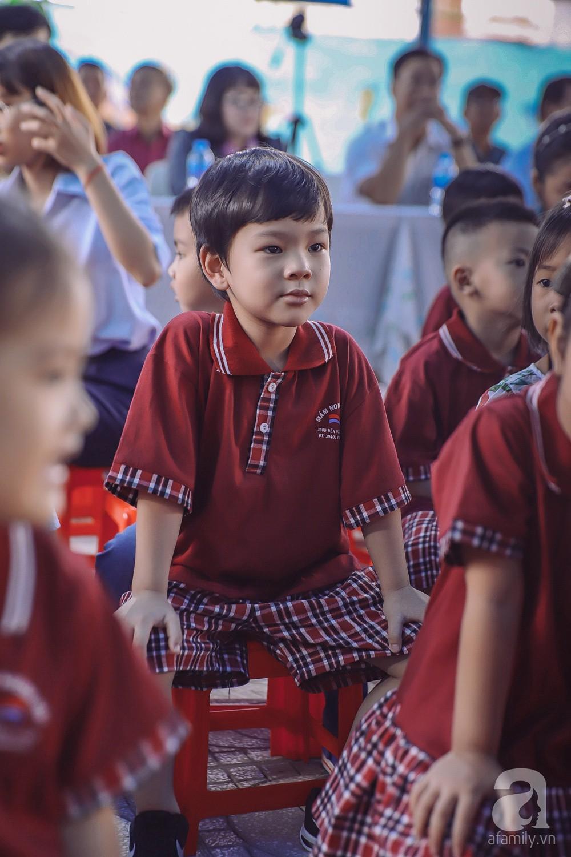 Thu Thủy cùng chồng kém 10 tuổi hào hứng đưa bé Henry tới trường trong ngày khai giảng năm học mới, bỏ qua loạt ồn ào không đáng có-10