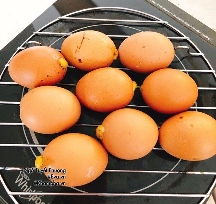 Chán luộc, đem trứng gà nướng lên thơm nức mũi, cả nhà ăn 1 lại muốn ăn 2-2