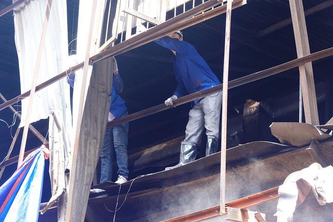 Sáng nay, hiện trường vụ cháy Rạng Đông được phủ bạt để chống hơi thủy ngân phát tán-4