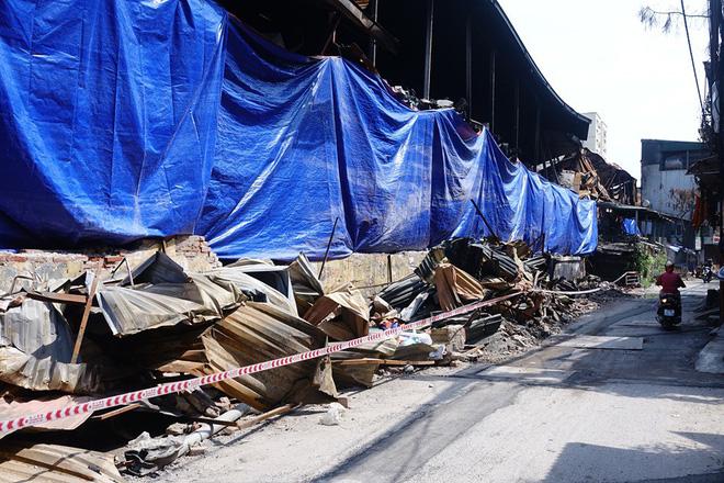 Sáng nay, hiện trường vụ cháy Rạng Đông được phủ bạt để chống hơi thủy ngân phát tán-9