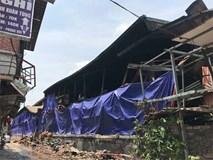 Sáng nay, hiện trường vụ cháy Rạng Đông được phủ bạt để chống hơi thủy ngân phát tán
