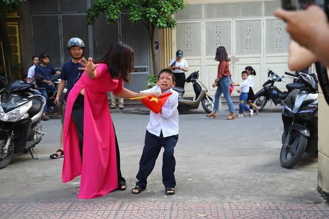 Khoảnh khắc hot nhất lễ khai giảng sáng nay: Cậu bé mếu máo quyết không bước vào trường-2