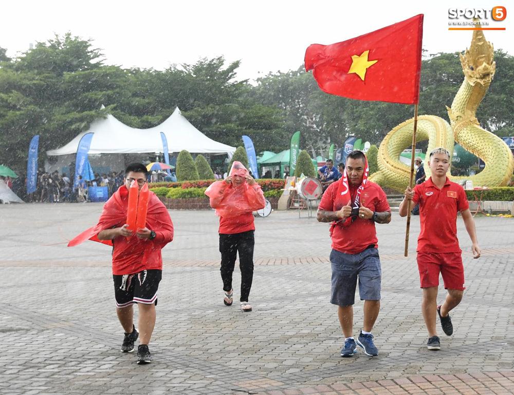 Hiệp một kết thúc với tỷ số hòa không bàn thắng, CĐV Việt Nam thở phào trước hàng loạt pha hãm thành của Thái Lan-43