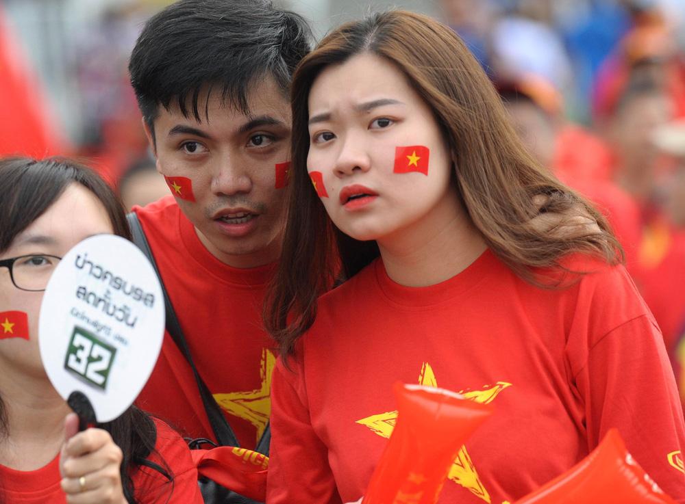 Hiệp một kết thúc với tỷ số hòa không bàn thắng, CĐV Việt Nam thở phào trước hàng loạt pha hãm thành của Thái Lan-53