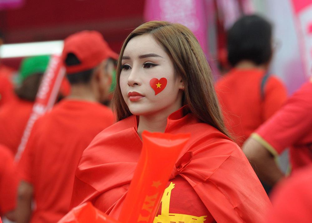 Hiệp một kết thúc với tỷ số hòa không bàn thắng, CĐV Việt Nam thở phào trước hàng loạt pha hãm thành của Thái Lan-54