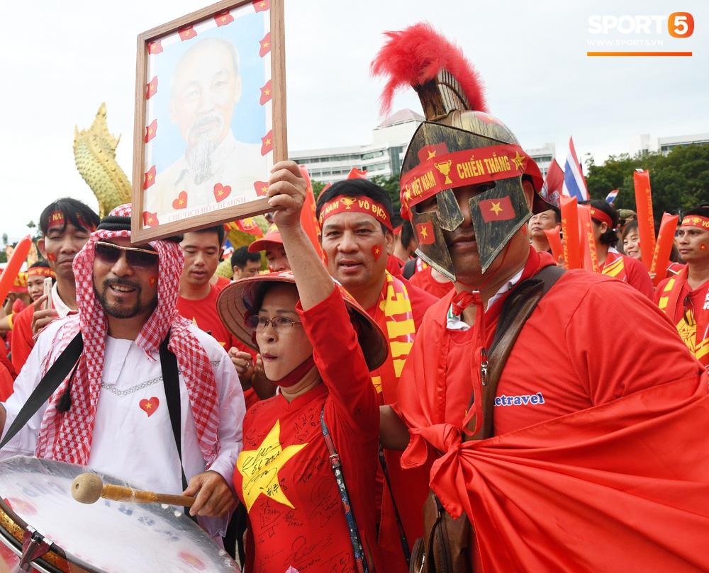 Hiệp một kết thúc với tỷ số hòa không bàn thắng, CĐV Việt Nam thở phào trước hàng loạt pha hãm thành của Thái Lan-49