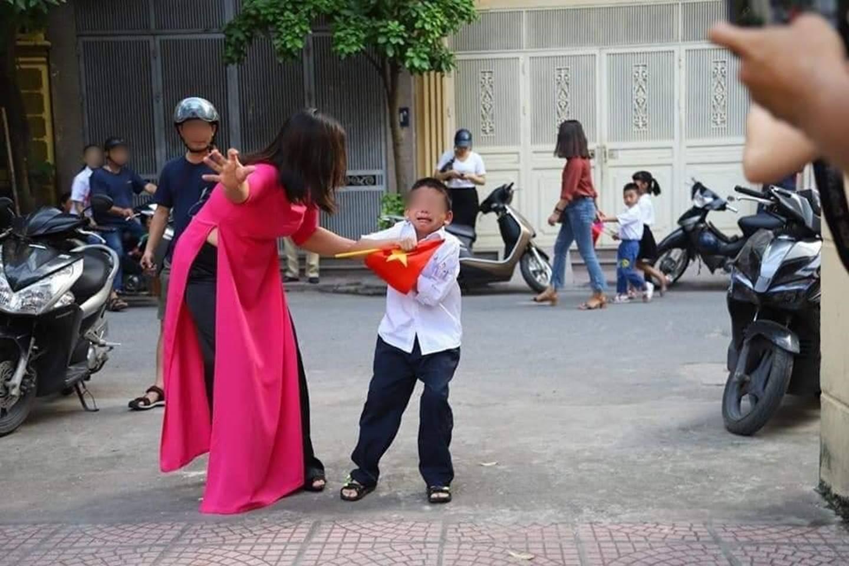 Nóng: Sự thật về bức ảnh Buông đôi tay em ra của cậu bé sáng ngày khai giảng khiến dân mạng cười đau ruột-2