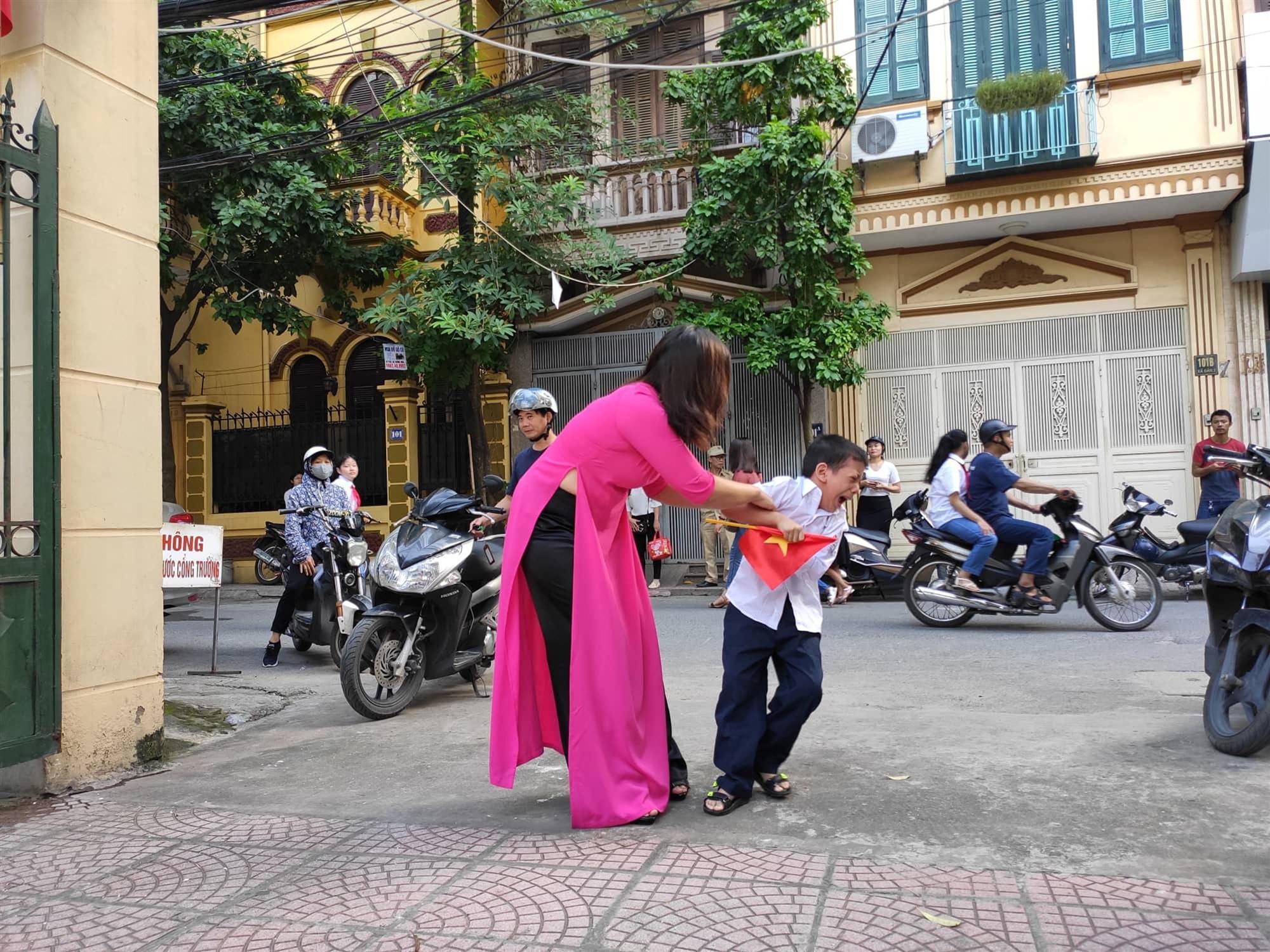Nóng: Sự thật về bức ảnh Buông đôi tay em ra của cậu bé sáng ngày khai giảng khiến dân mạng cười đau ruột-5
