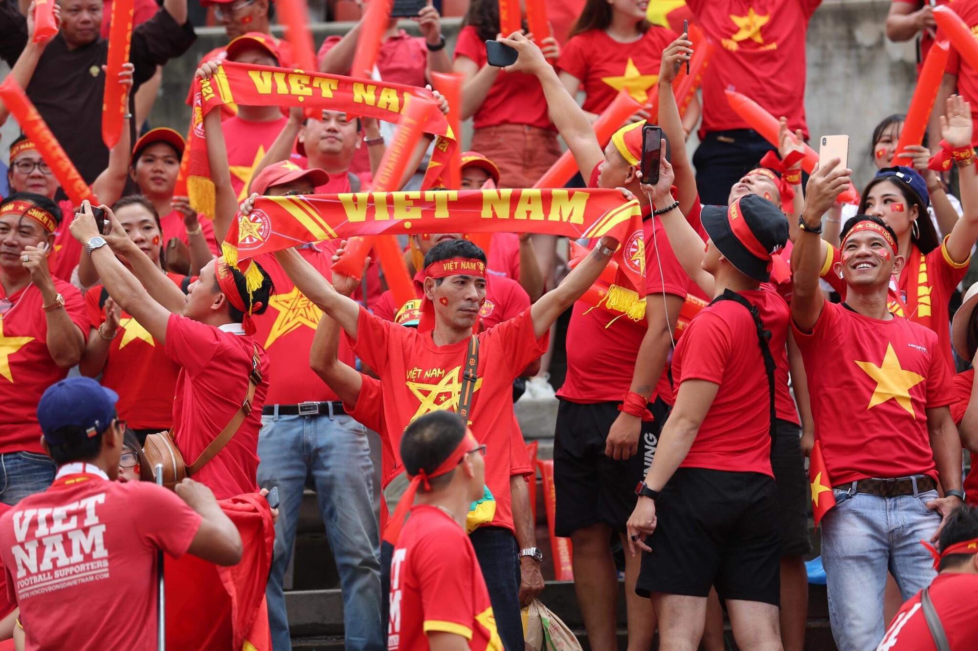 Hiệp một kết thúc với tỷ số hòa không bàn thắng, CĐV Việt Nam thở phào trước hàng loạt pha hãm thành của Thái Lan-38