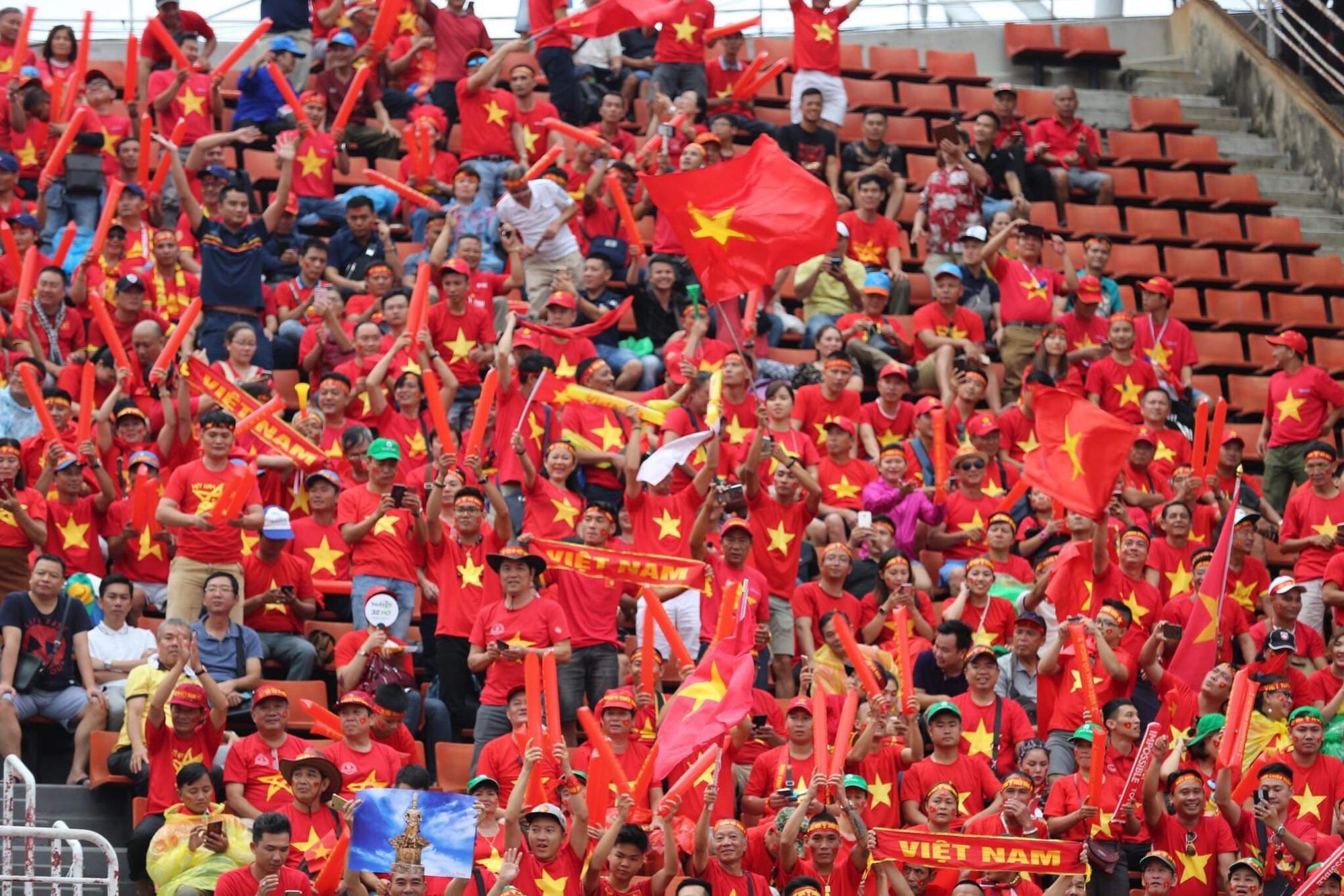 Hiệp một kết thúc với tỷ số hòa không bàn thắng, CĐV Việt Nam thở phào trước hàng loạt pha hãm thành của Thái Lan-37