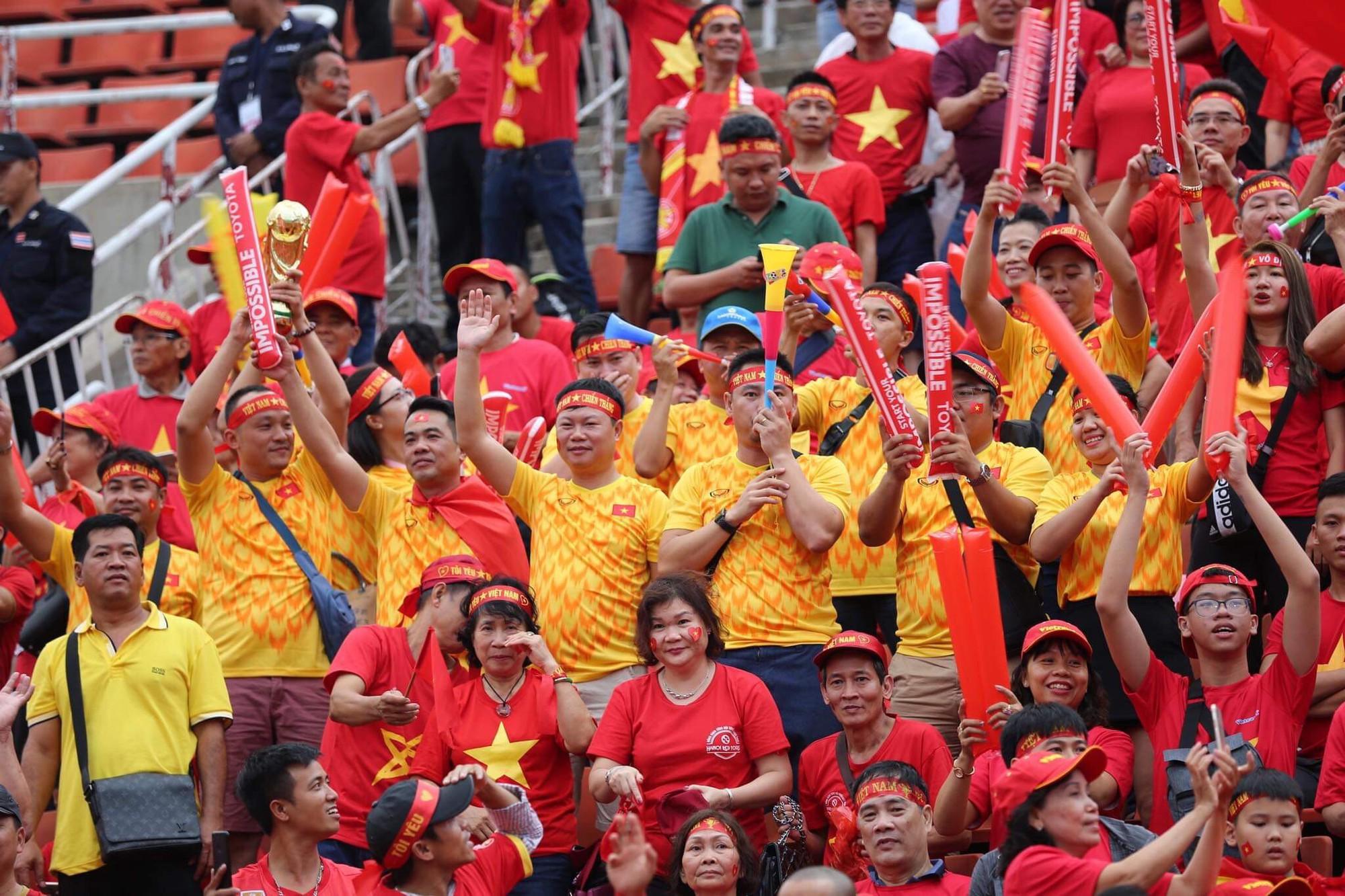 Hiệp một kết thúc với tỷ số hòa không bàn thắng, CĐV Việt Nam thở phào trước hàng loạt pha hãm thành của Thái Lan-36