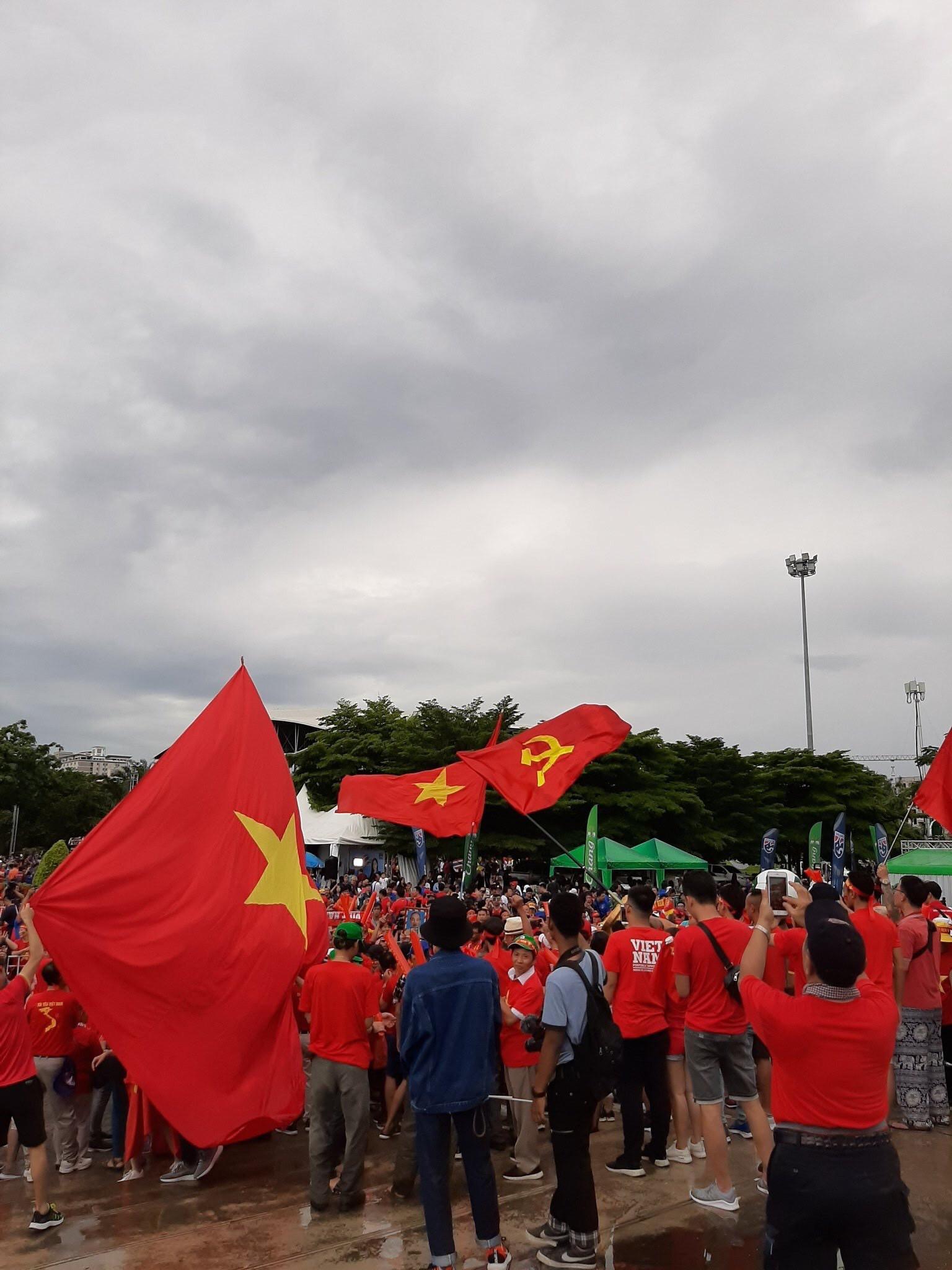 Hiệp một kết thúc với tỷ số hòa không bàn thắng, CĐV Việt Nam thở phào trước hàng loạt pha hãm thành của Thái Lan-39