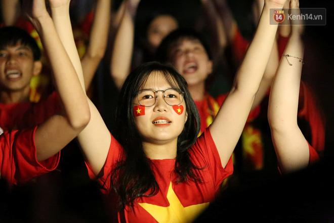 Hiệp một kết thúc với tỷ số hòa không bàn thắng, CĐV Việt Nam thở phào trước hàng loạt pha hãm thành của Thái Lan-12