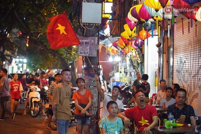 Hiệp một kết thúc với tỷ số hòa không bàn thắng, CĐV Việt Nam thở phào trước hàng loạt pha hãm thành của Thái Lan-2