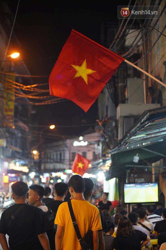 Hiệp một kết thúc với tỷ số hòa không bàn thắng, CĐV Việt Nam thở phào trước hàng loạt pha hãm thành của Thái Lan-16