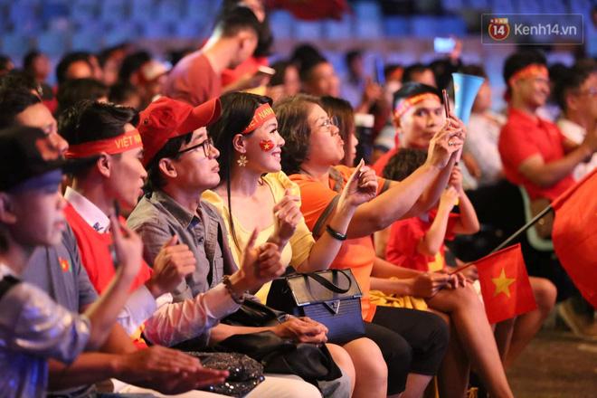 Hiệp một kết thúc với tỷ số hòa không bàn thắng, CĐV Việt Nam thở phào trước hàng loạt pha hãm thành của Thái Lan-24