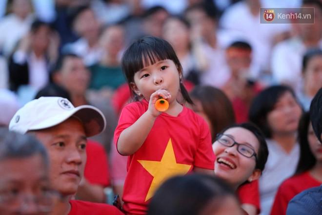 Hiệp một kết thúc với tỷ số hòa không bàn thắng, CĐV Việt Nam thở phào trước hàng loạt pha hãm thành của Thái Lan-21