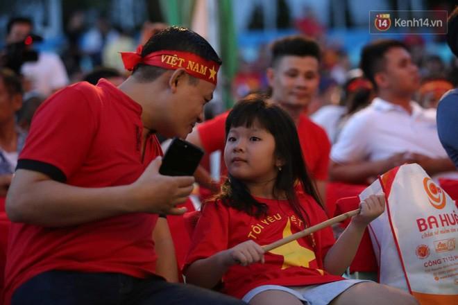 Hiệp một kết thúc với tỷ số hòa không bàn thắng, CĐV Việt Nam thở phào trước hàng loạt pha hãm thành của Thái Lan-22