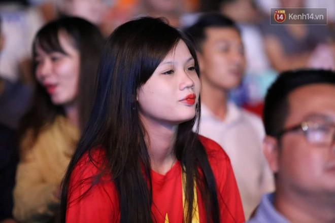 Hiệp một kết thúc với tỷ số hòa không bàn thắng, CĐV Việt Nam thở phào trước hàng loạt pha hãm thành của Thái Lan-25